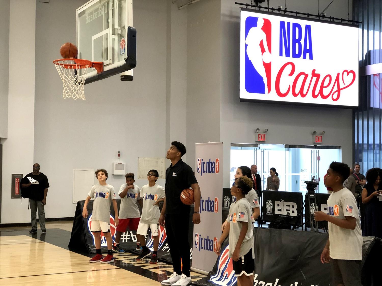NBAケアでは子供たちのシュートをリバウンドしてあげる場面も